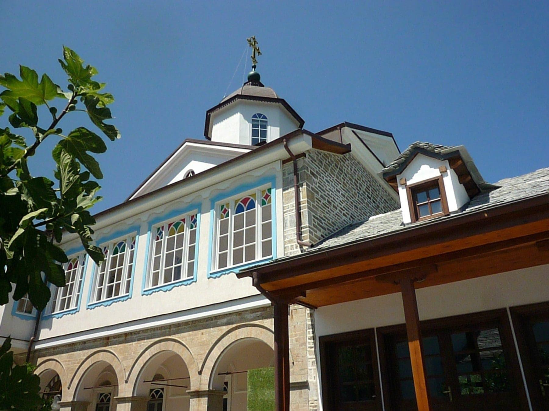 ξύλινα παράθυρα σε μοναστηριακό κτίριο