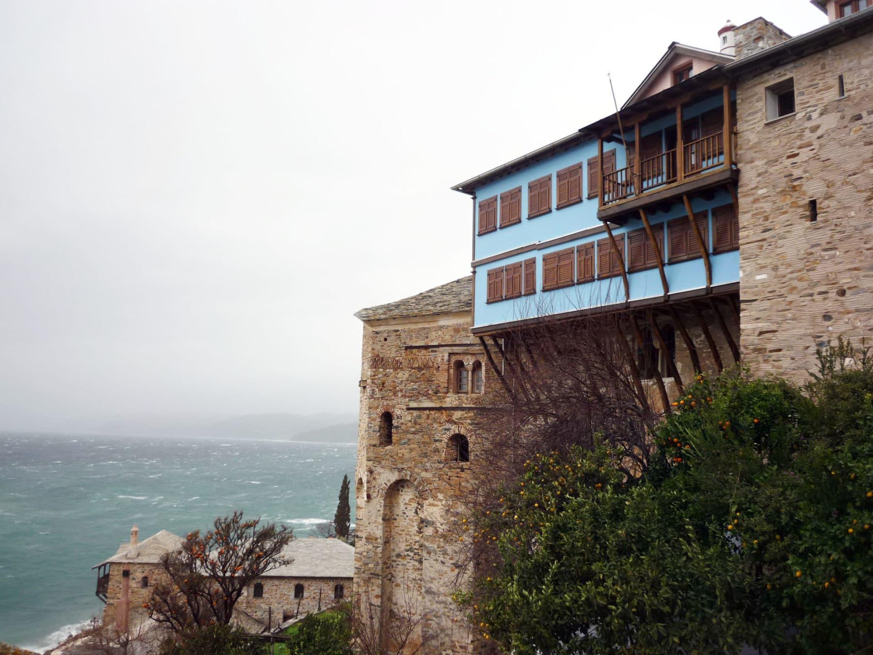 κτιρίου με ξύλινα παράθυρα μπροστά στη θάλασσα