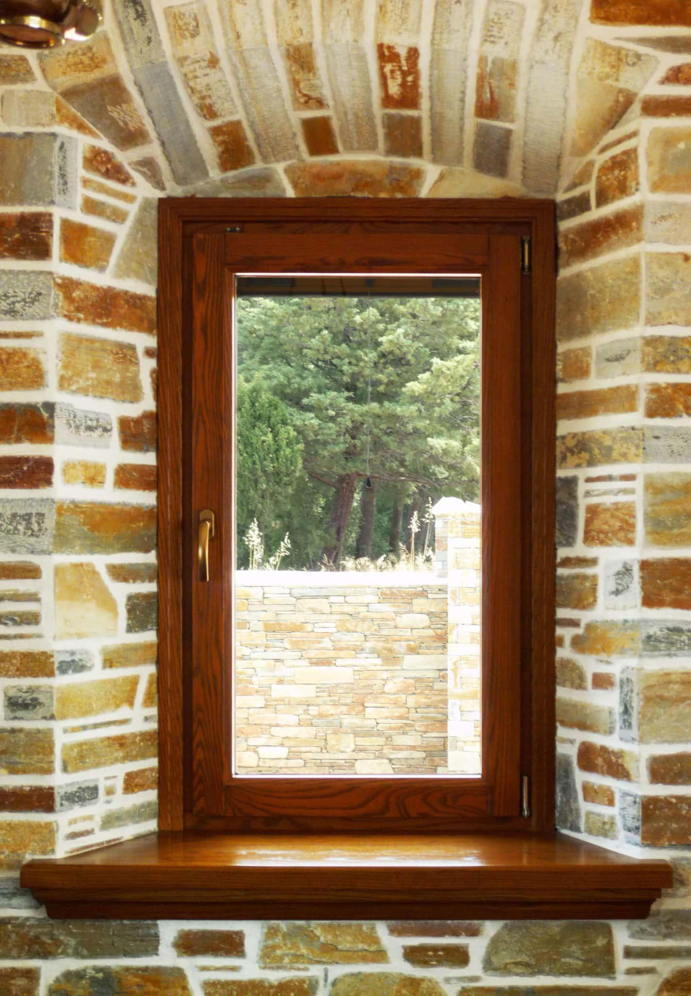 και λιτό ξύλινο μονόφυλλο παράθυρο με γερμανικό χρυσό πόμολο