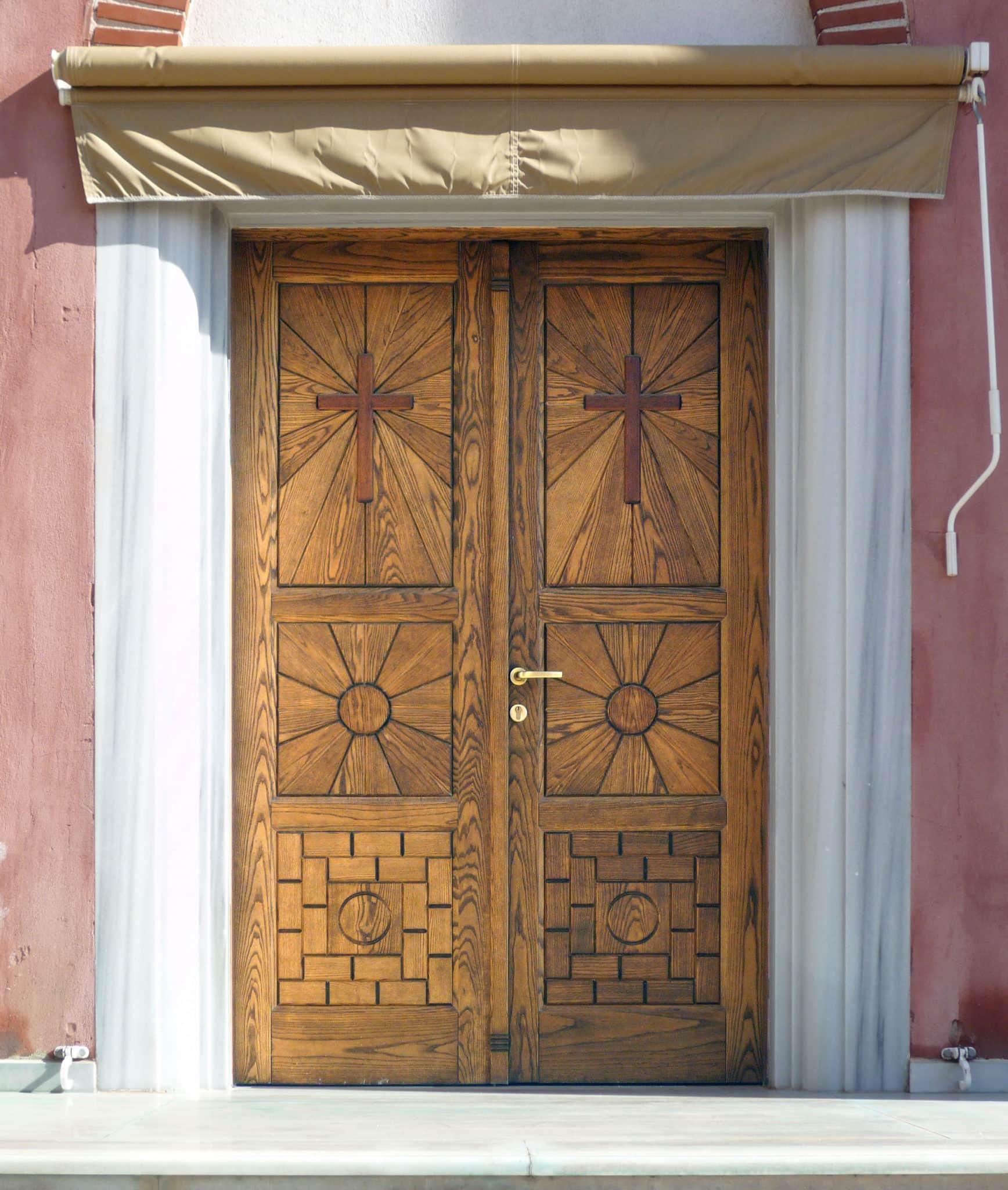 εκκλησιαστική πόρτα με ειδικό σχέδιο