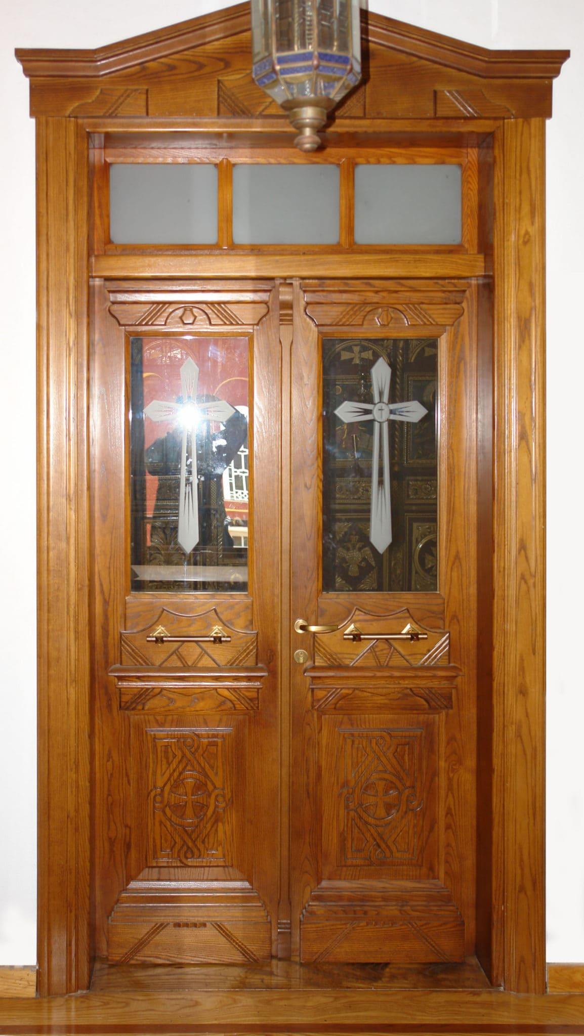 εκκλησιαστική πόρτα με φεγγίτη και αέτωμα