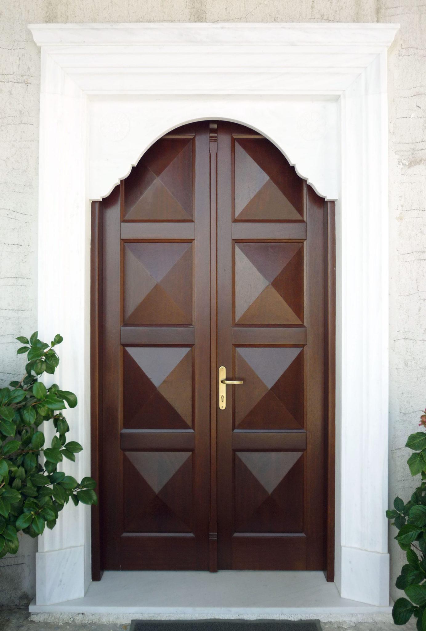 εξωτερική πόρτα με οκτώ ταμπλάδες