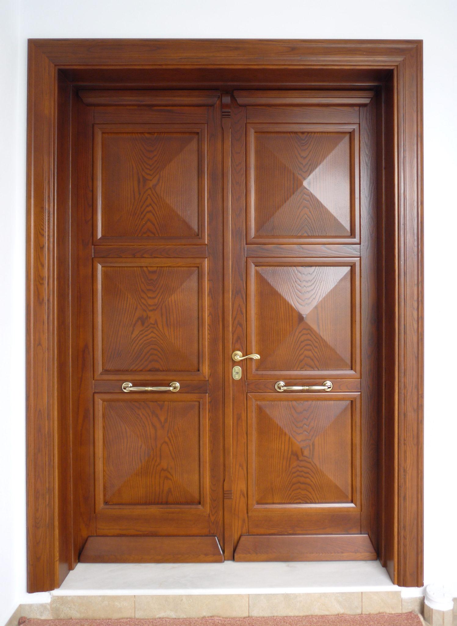 ξύλινη εξωτερική πόρτα ασφαλείας με ταμπλάδες
