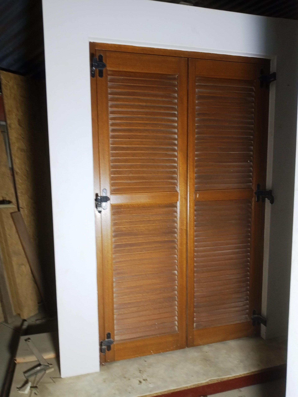 Δίφυλλη ξύλινη πόρτα με παντζούρι κλειστό