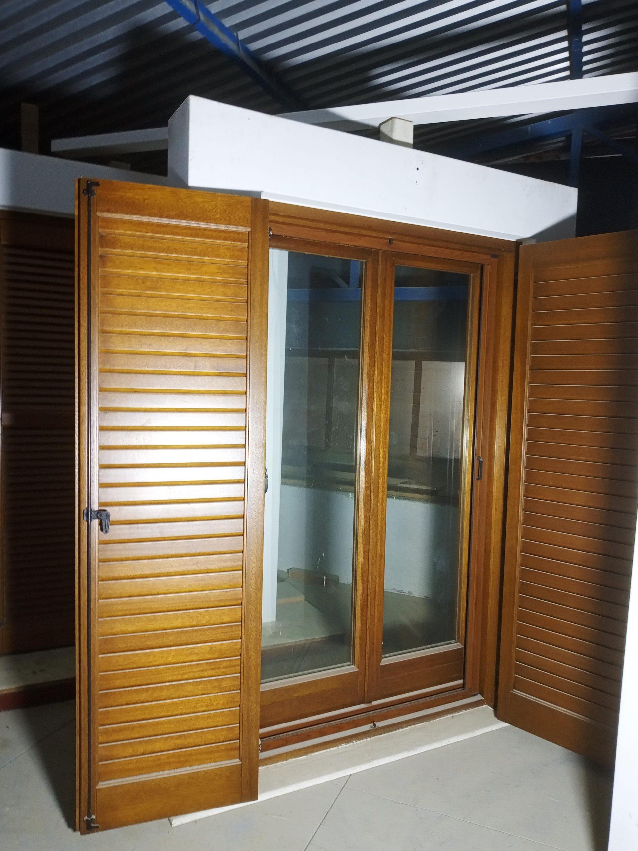 Δίφυλλη ξύλινη πόρτα με παντζούρι