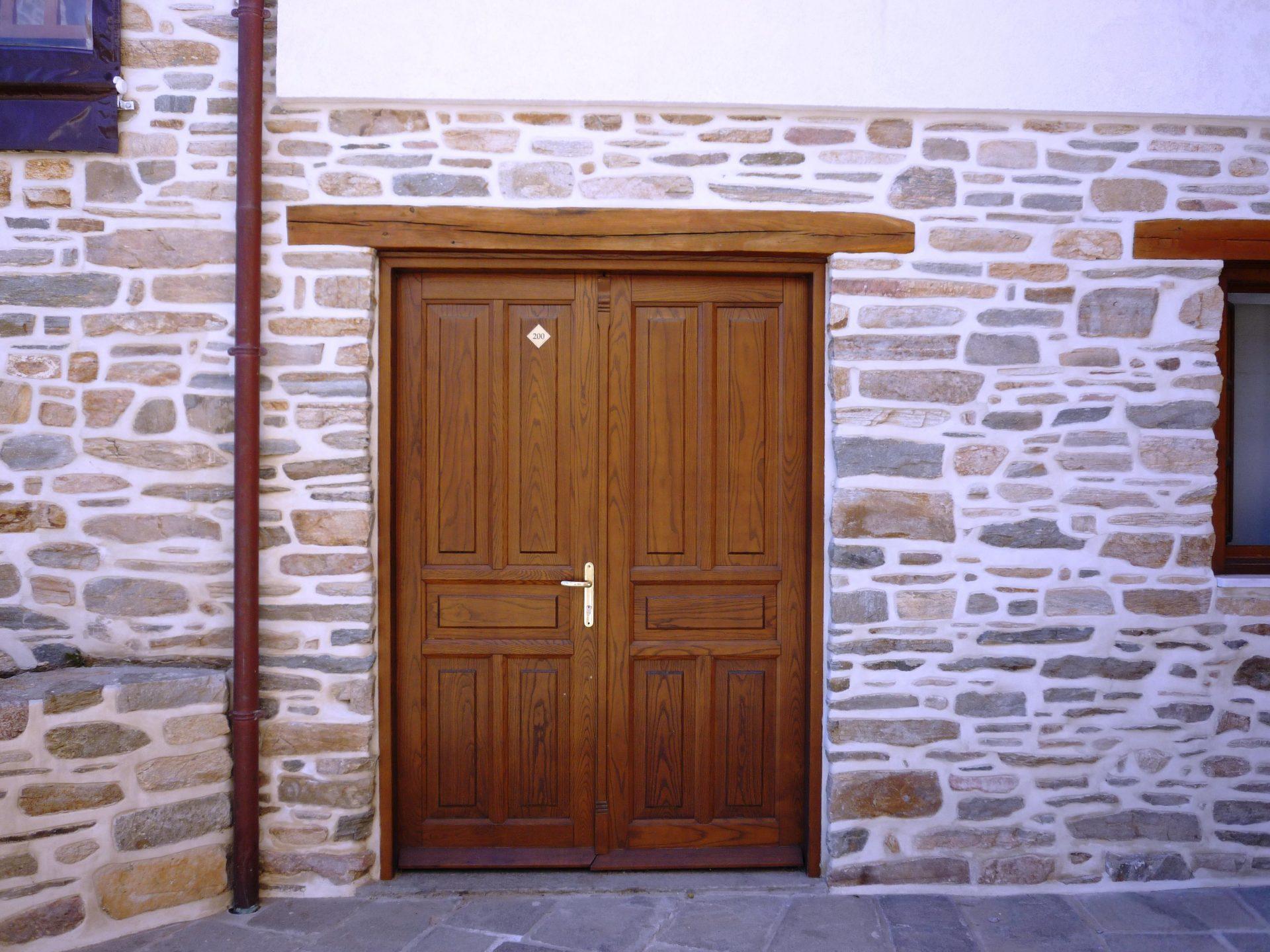 Δίφυλλη ξύλινη πόρτα με ταμπλάδες