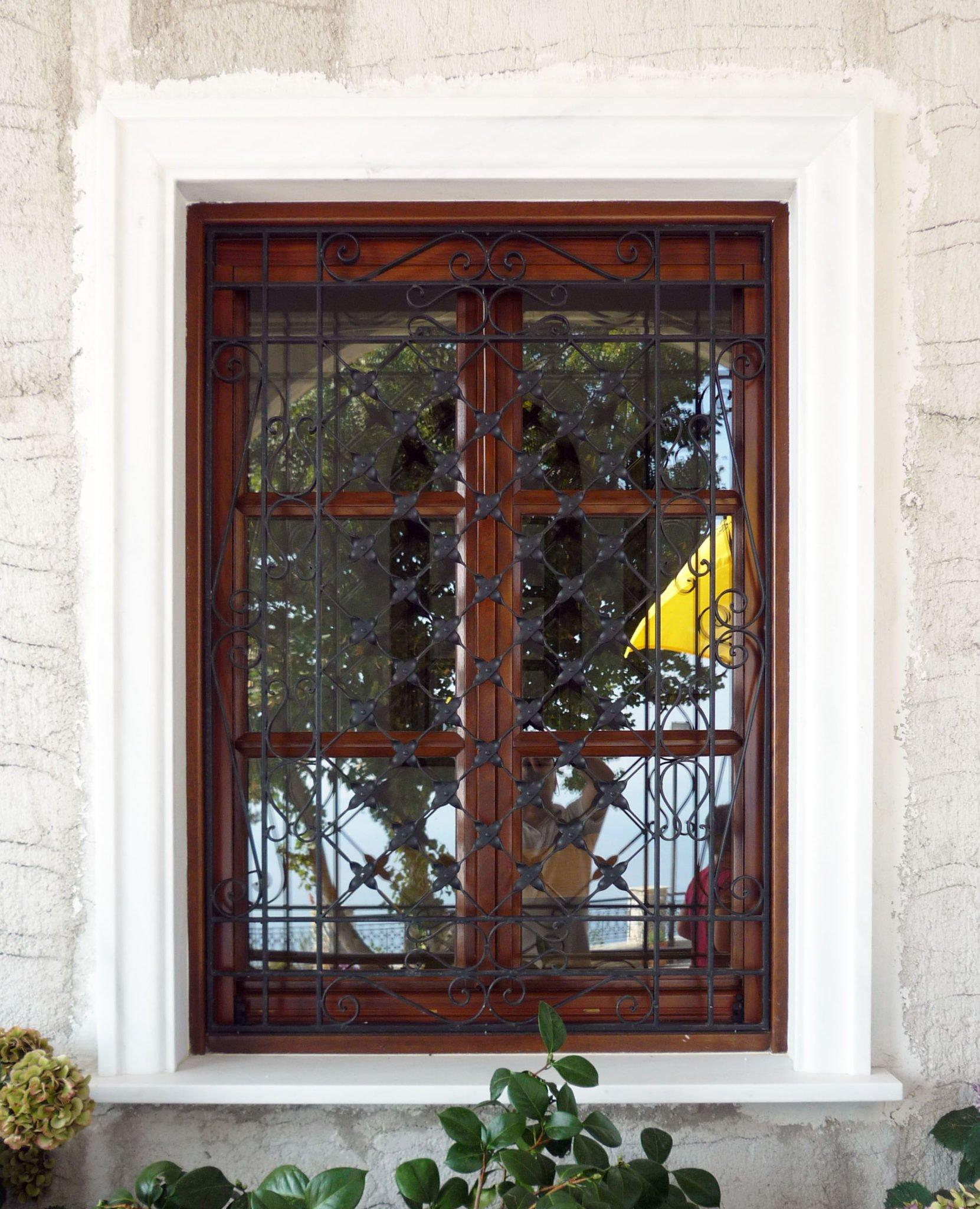 ξύλινο παράθυρο με σιδεριά
