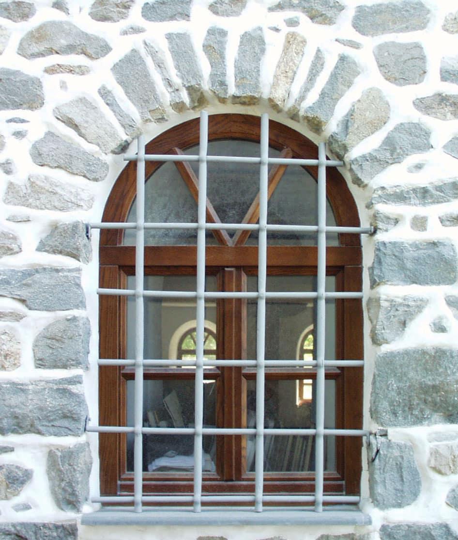 ξύλινο παράθυρο με φεγγγίτη και σιδεριές