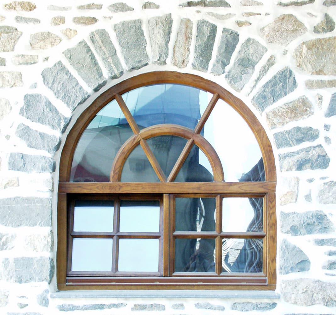 παράθυρο με ανακλινόμενο φύλλο και φεγγίτη