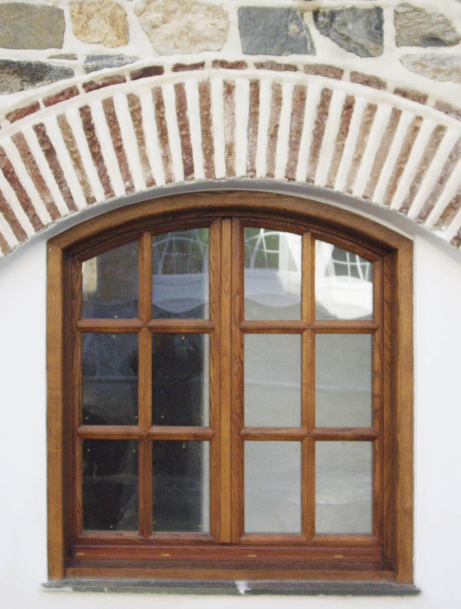 τοξωτό ξύλινο παράθυρο με καϊτια