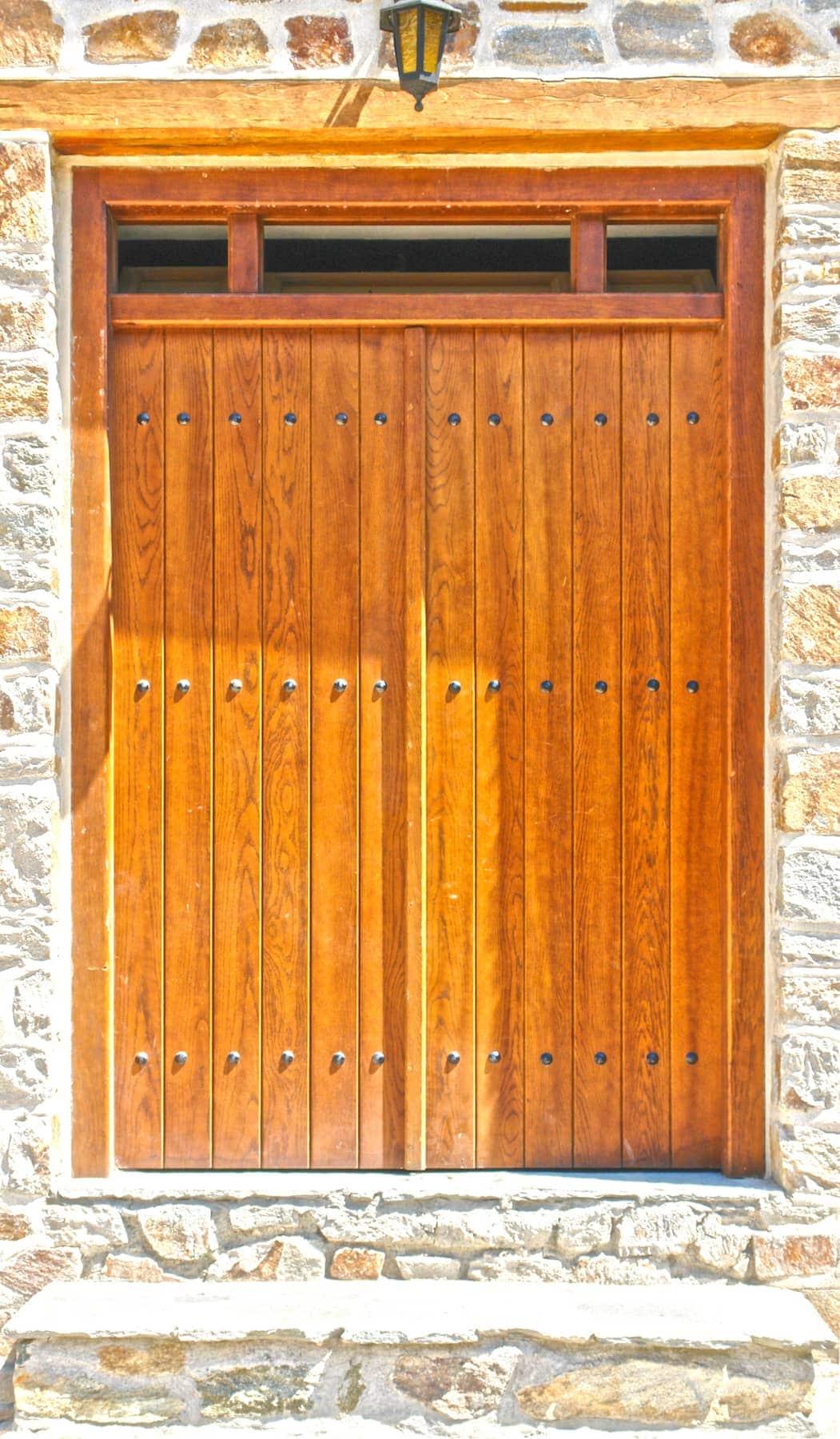 ραμποτέ ξύλινη πόρτα με φεγγίτη