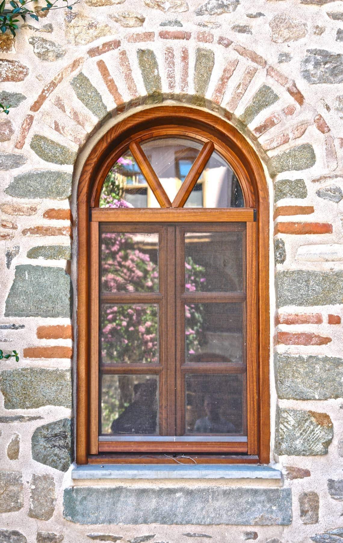 με καΐτια τοξωτό ξύλινο παράθυρο με φεγγίτη και ρολό σίτας