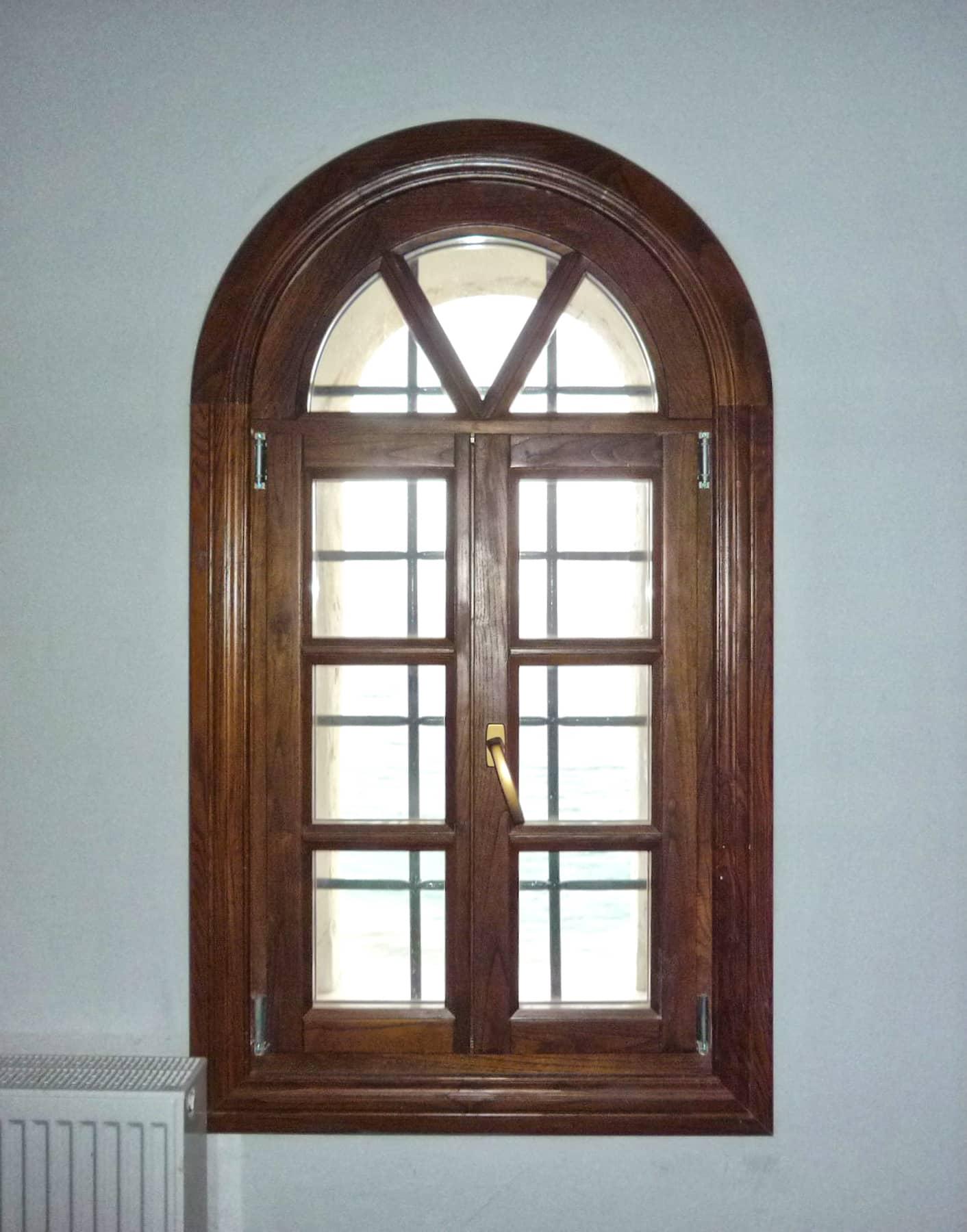 τοξωτό ξύλινο παράθυρο με φεγγίτη τριών τζαμιών και σιδεριά