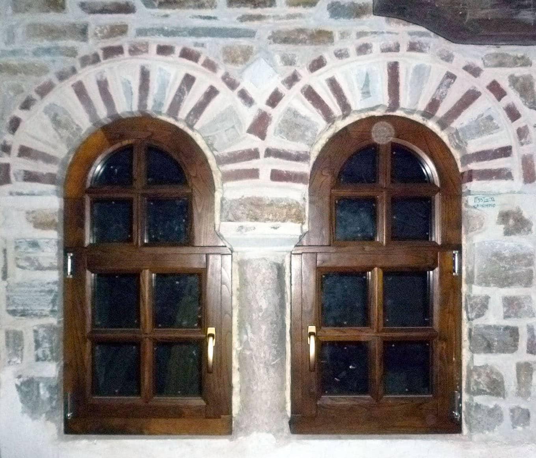 ξύλινα παράθυρα ειδικής κατασκευής με ακανόνιστη κάσα