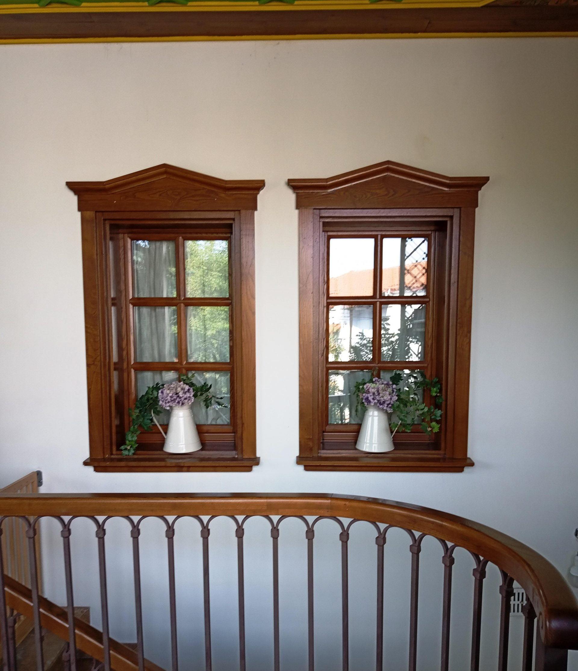 Δύο ξύλινα παράθυρα με αέτωμα