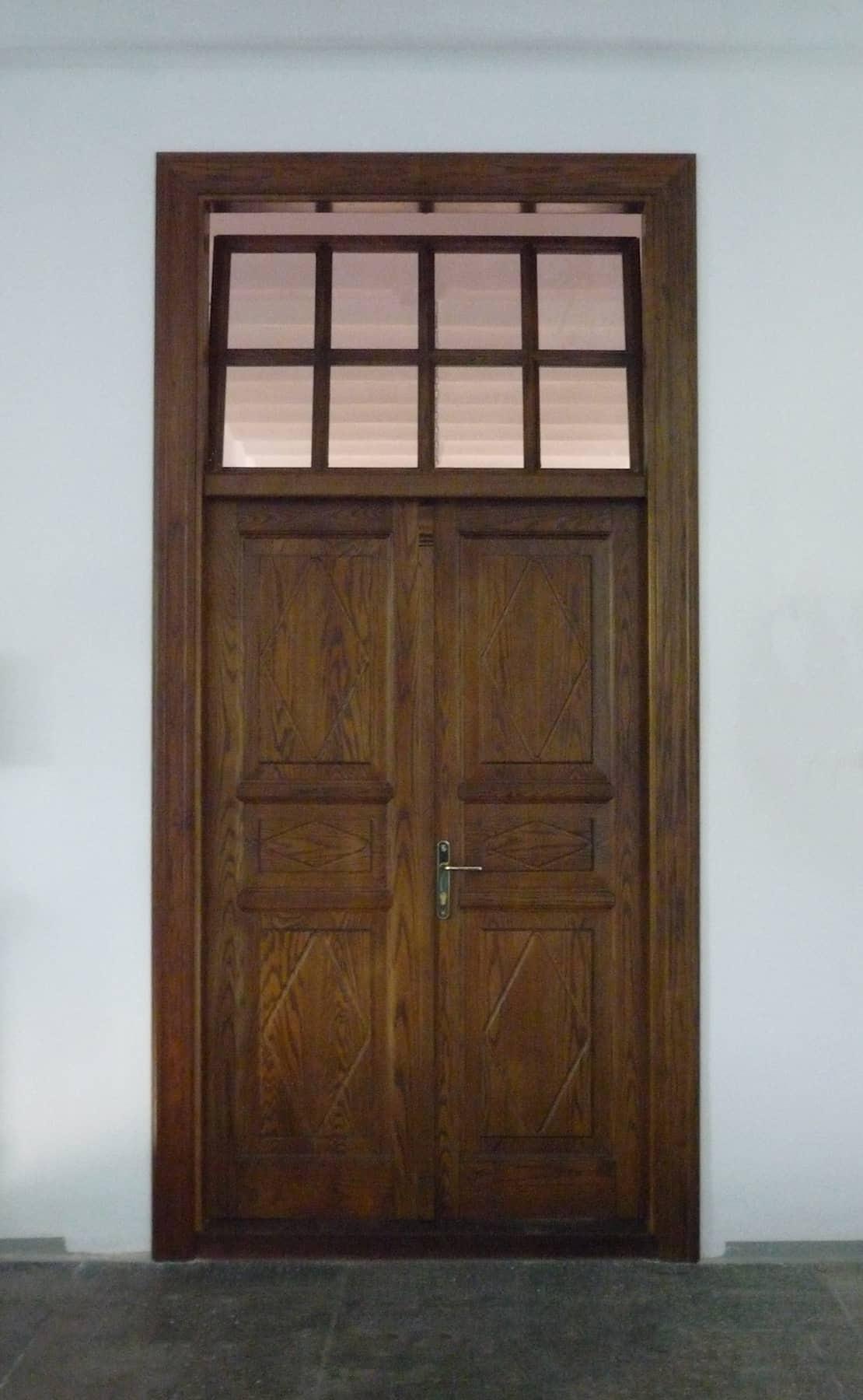 ταμπλαδωτή ξύλινη πόρτα με φεγγίτη