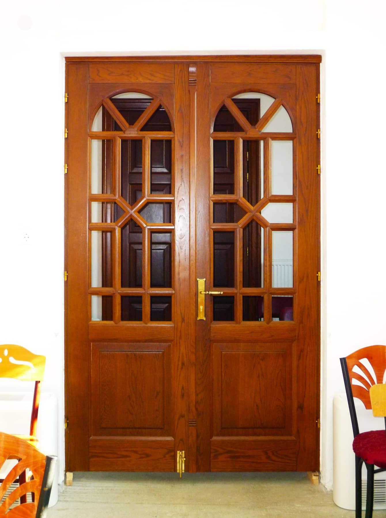 δίφυλλη ξύλινη πόρτα