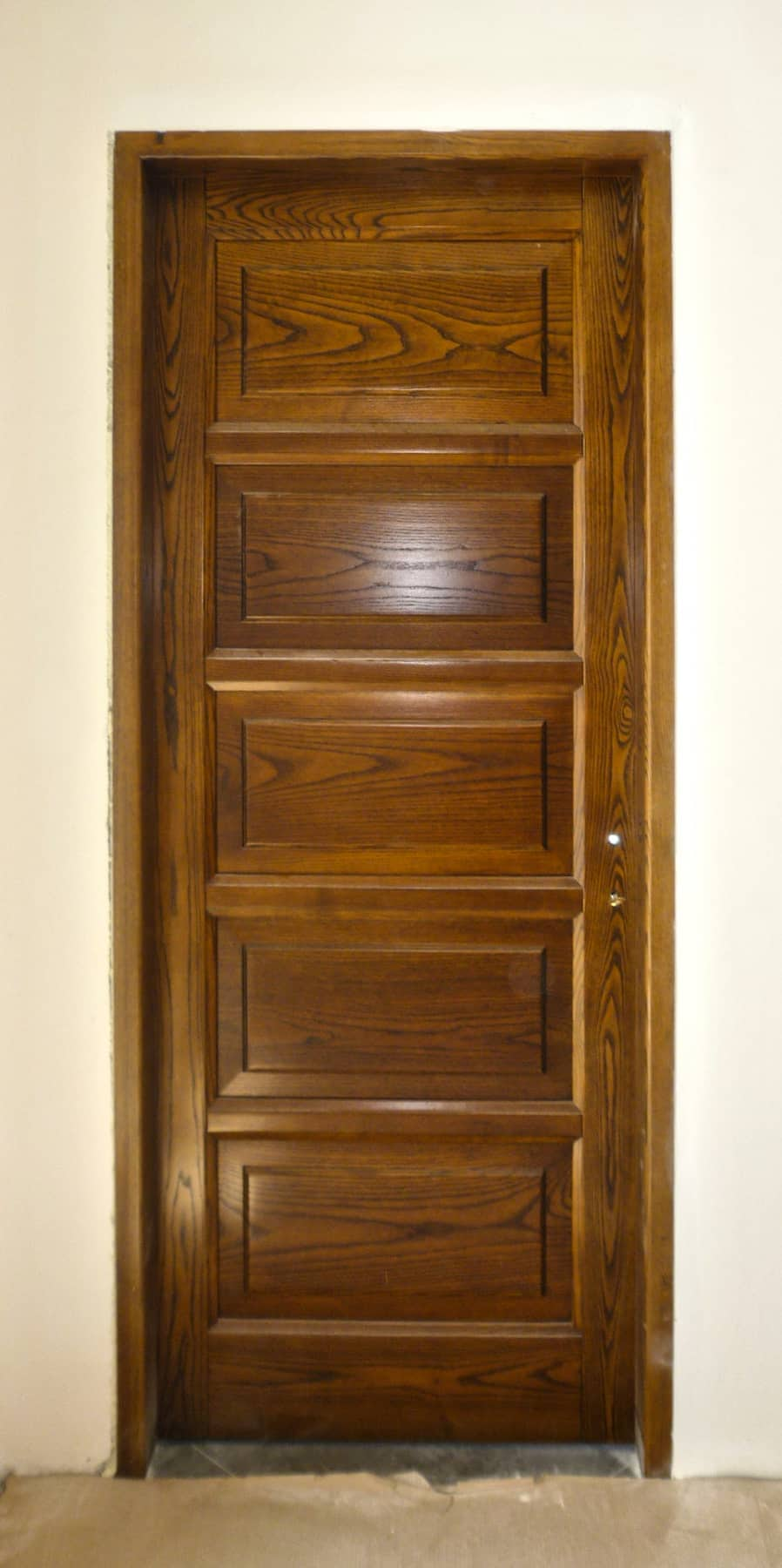 εσωτερική πόρτα μασίφ ξυλείας με πέντε ταμπλάδες