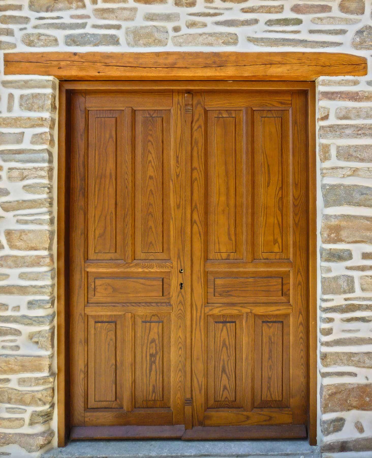 ταμπλαδωτή ξύλινη εξωτερική πόρτα