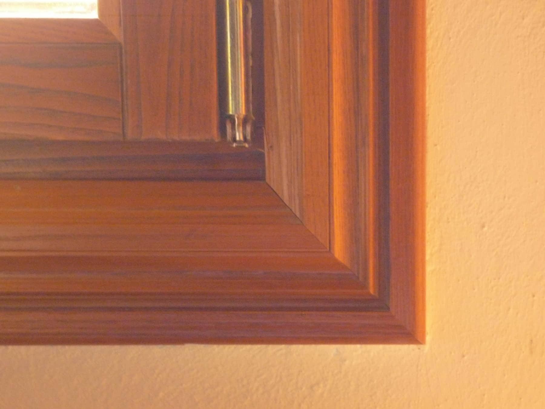 δεξιά γωνία ενός παραθύρου ATHOS δείχνει την ποιότητα κατασκευής και τοποθέτησης