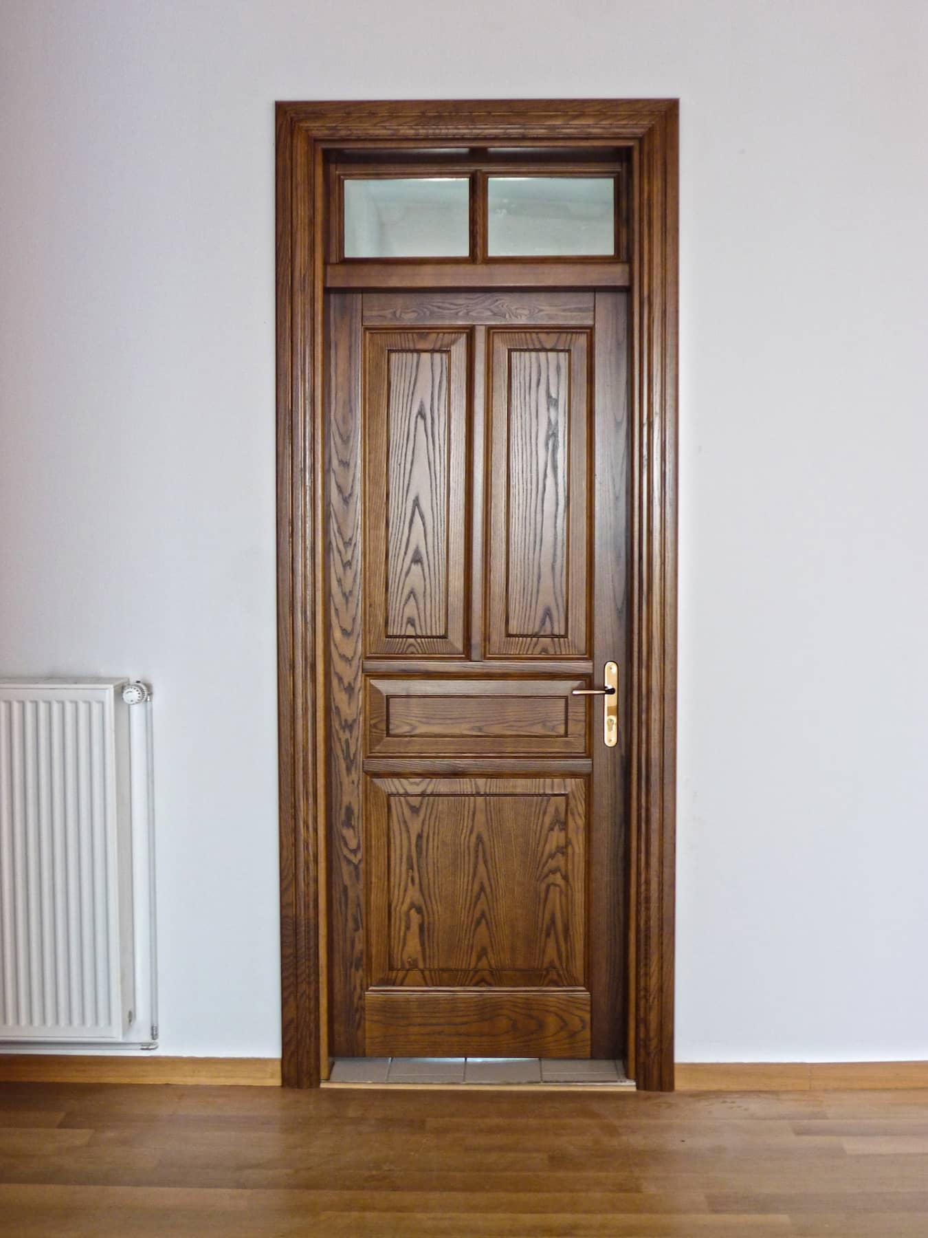 ξύλινη εσωτερική πόρτα με φεγγίτη εξαερισμού 2