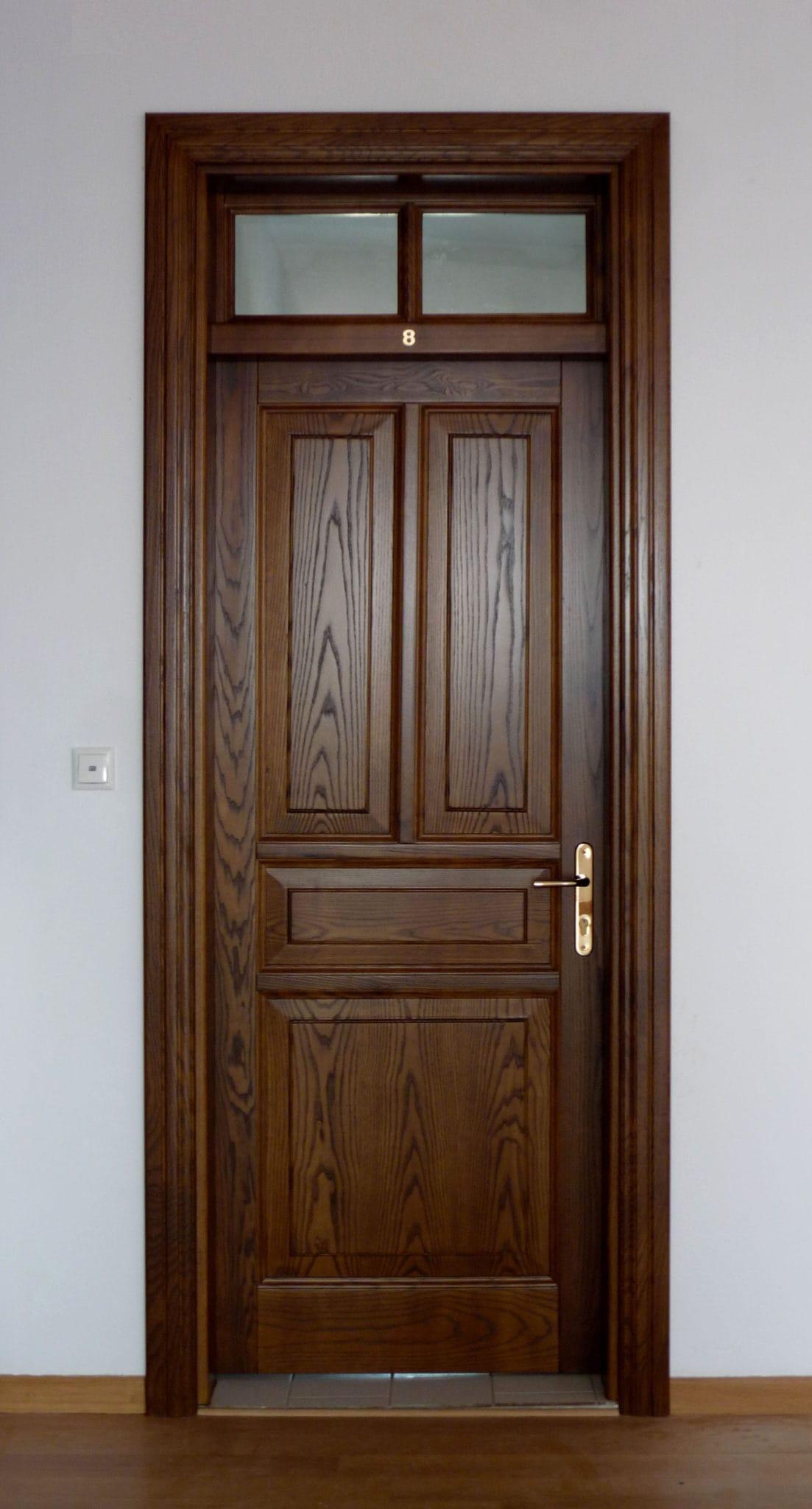 ξύλινη εσωτερική πόρτα με φεγγίτη εξαερισμού