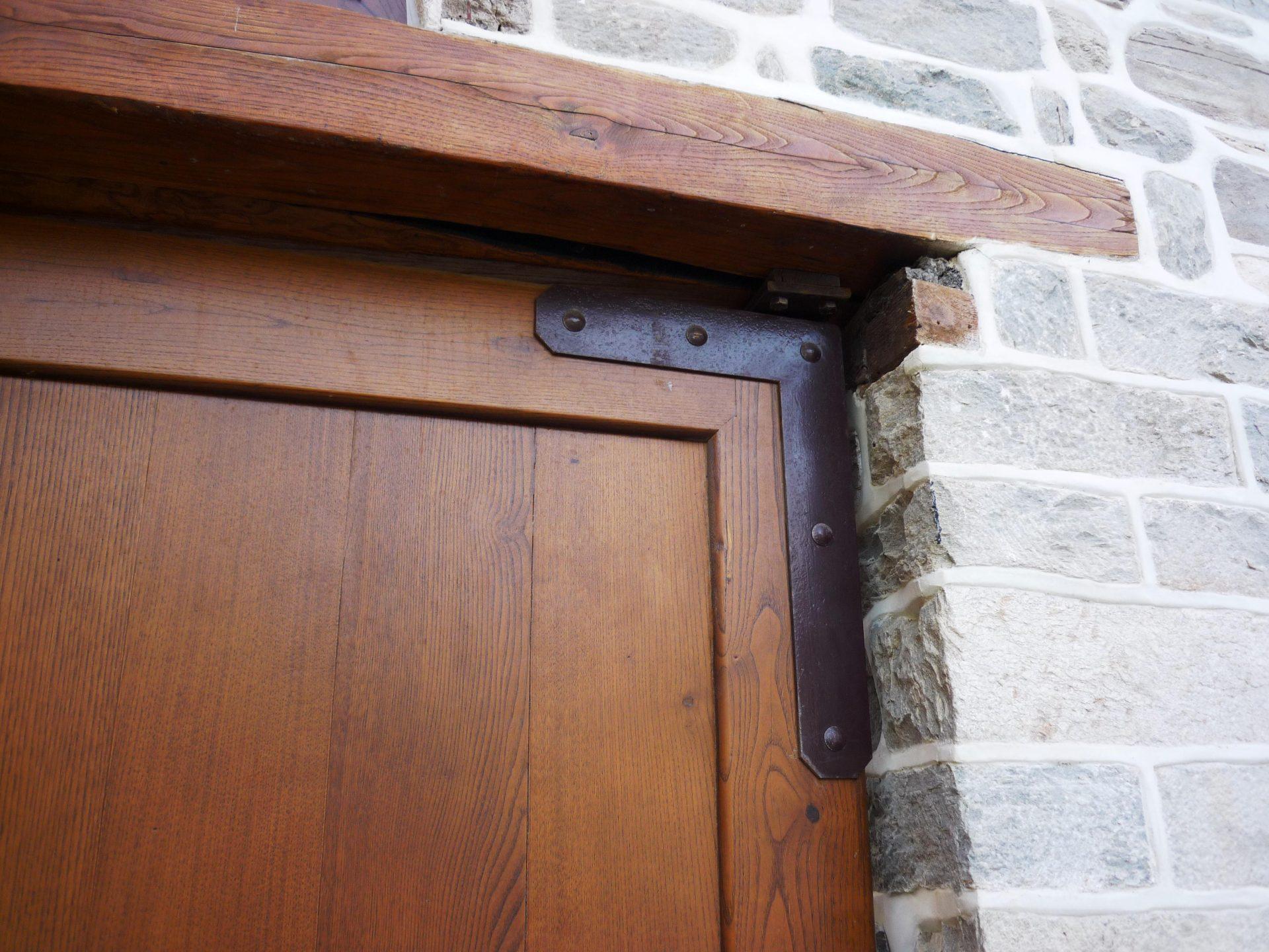 Μεντεσέδες ξύλινης αυλόπορτας ειδικής κατασκευής