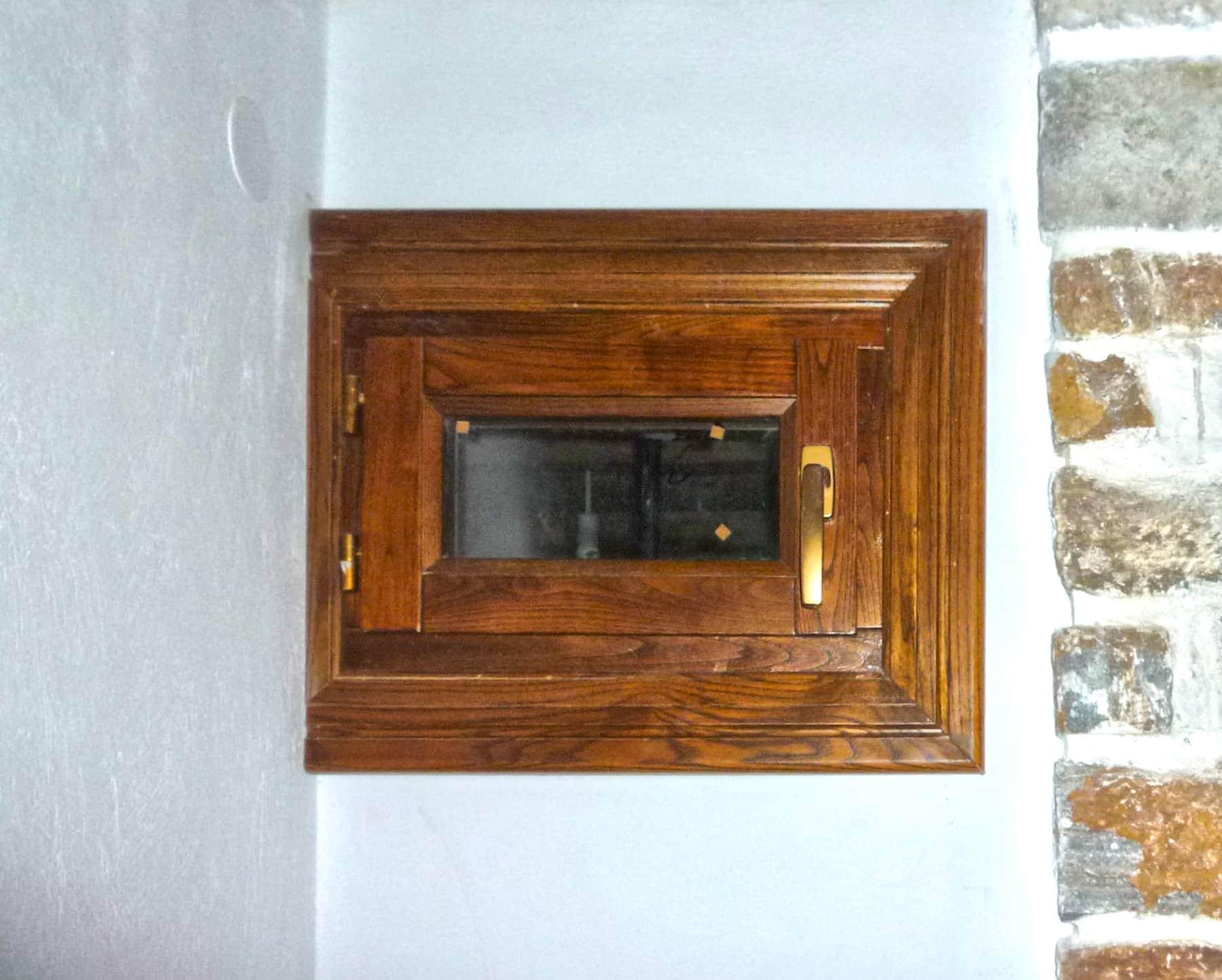 ξύλινο παράθυρο με παντζούρι και σιδεριά