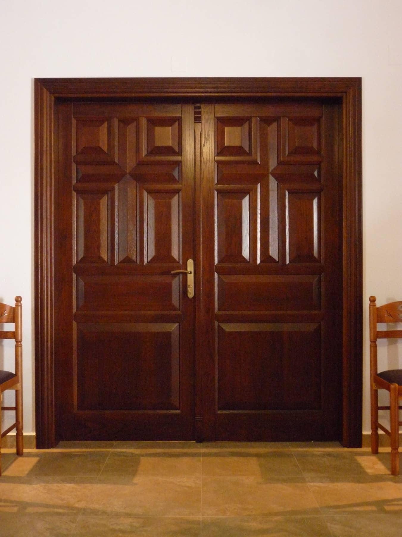 ξύλινη δίφυλλη πόρτα