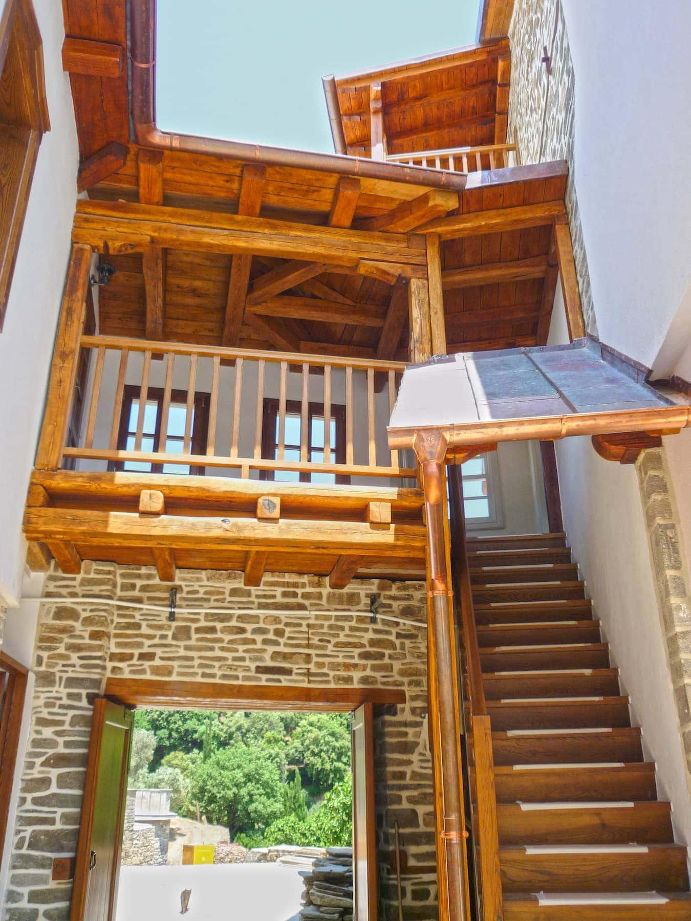 συγκρότημα με ξύλινα κουφώματα και ειδικές κατασκευές ATHOS