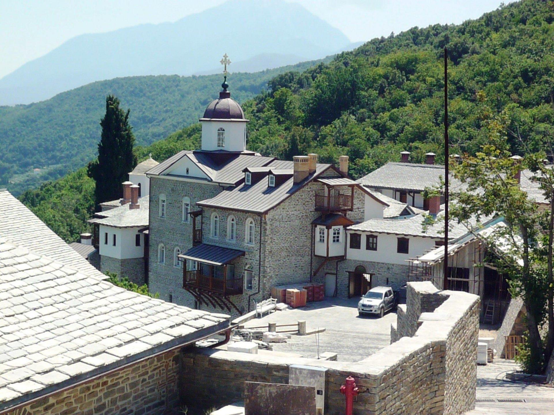 Μοναστηριακό κτήριο με ξύλινα κουφώματα