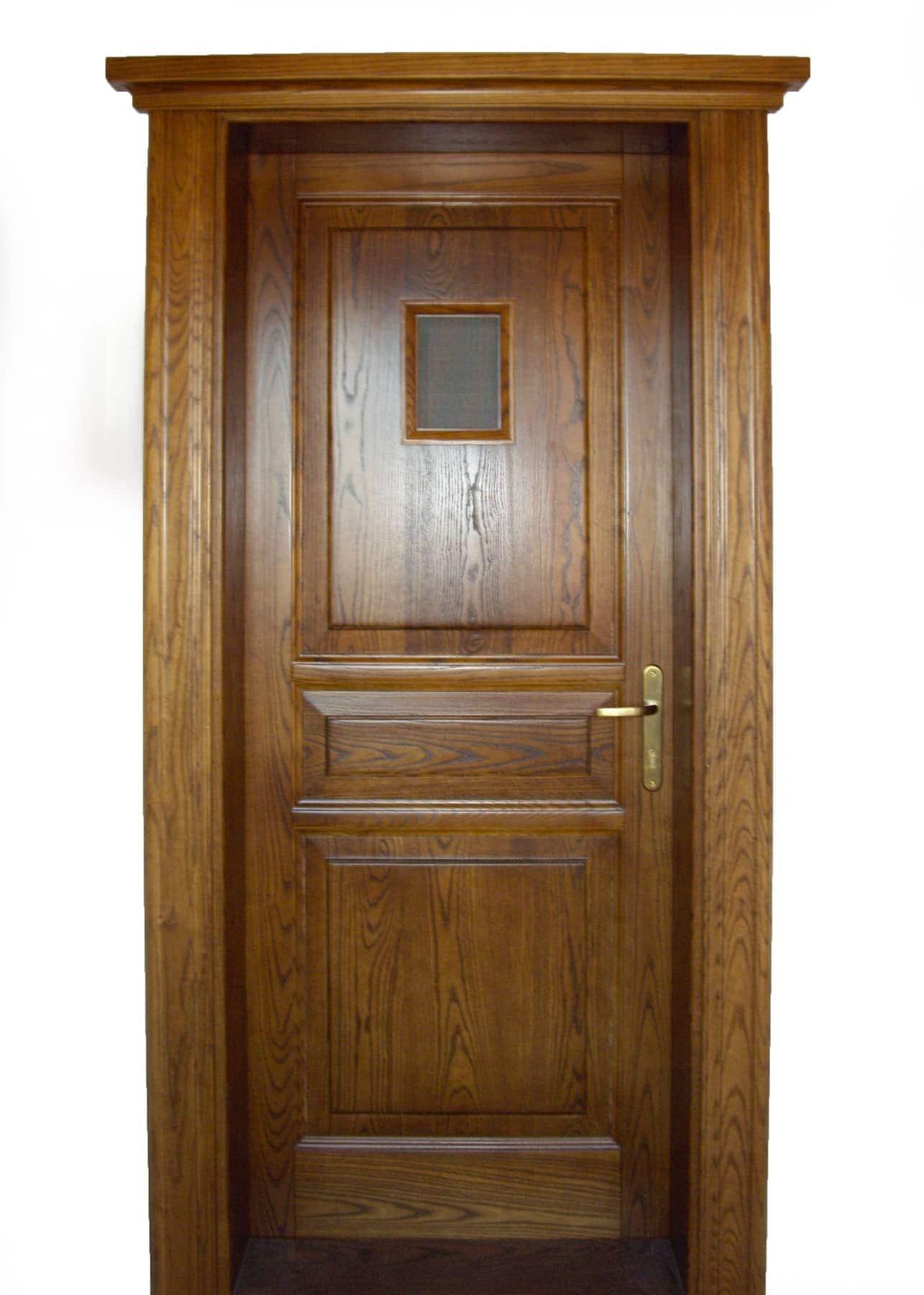 ξύλινη πόρτα με τζαμάκι στον επάνω ταμπλά