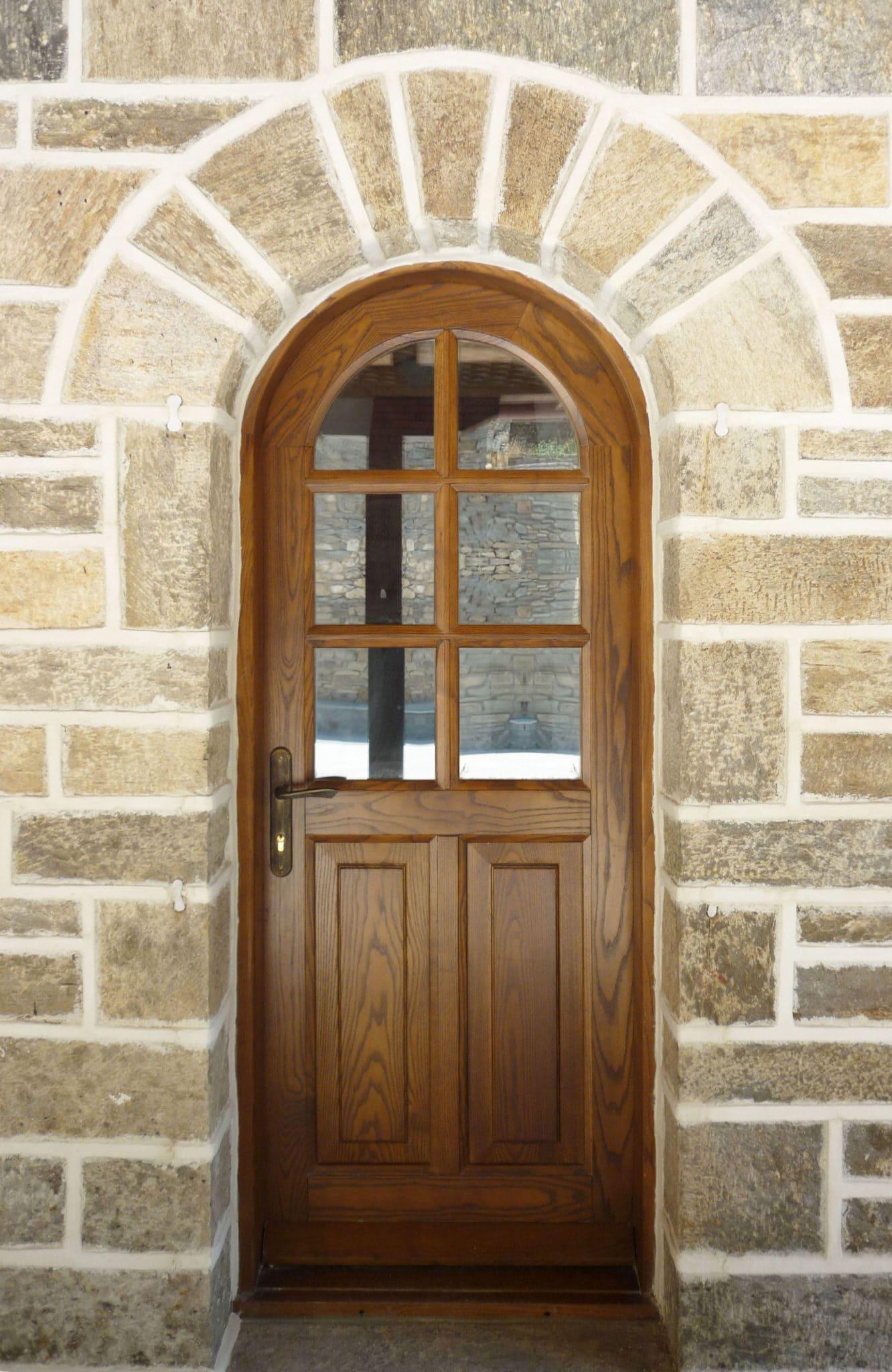 εξωτερική πόρτα με έξι υαλοπίνακες και δύο ταμπλάδες