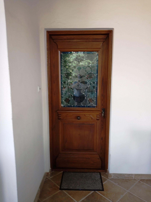 Μονόφυλλη εξωτερική πόρτα με ειδικό τζάμι