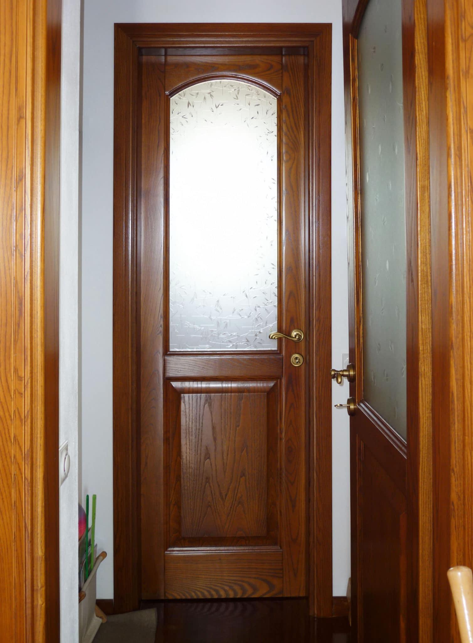 εσωτερική πόρτα μασίφ ξύλου με τζάμι και παραδοσιακό πόμολο