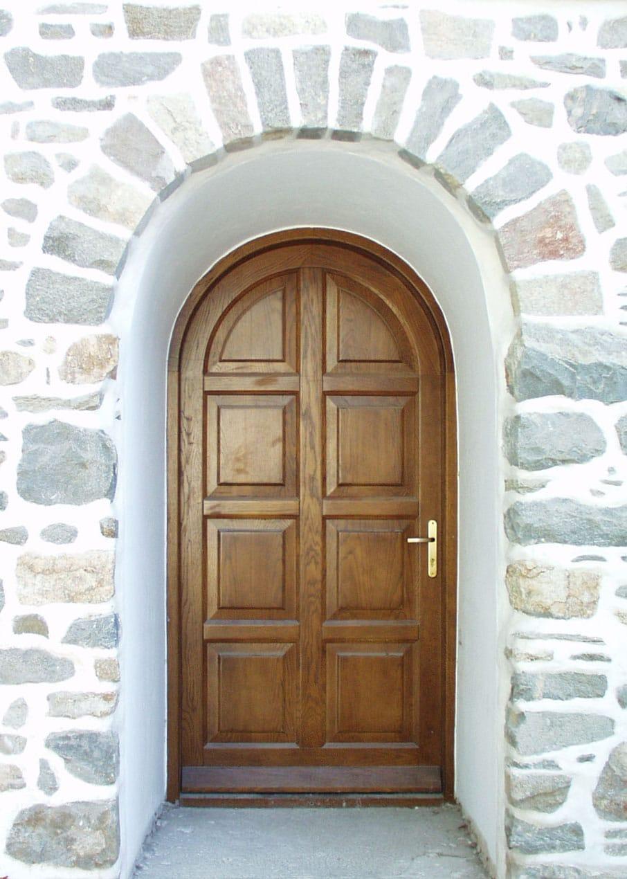 τοξωτή πόρτα με ταμπλάδες