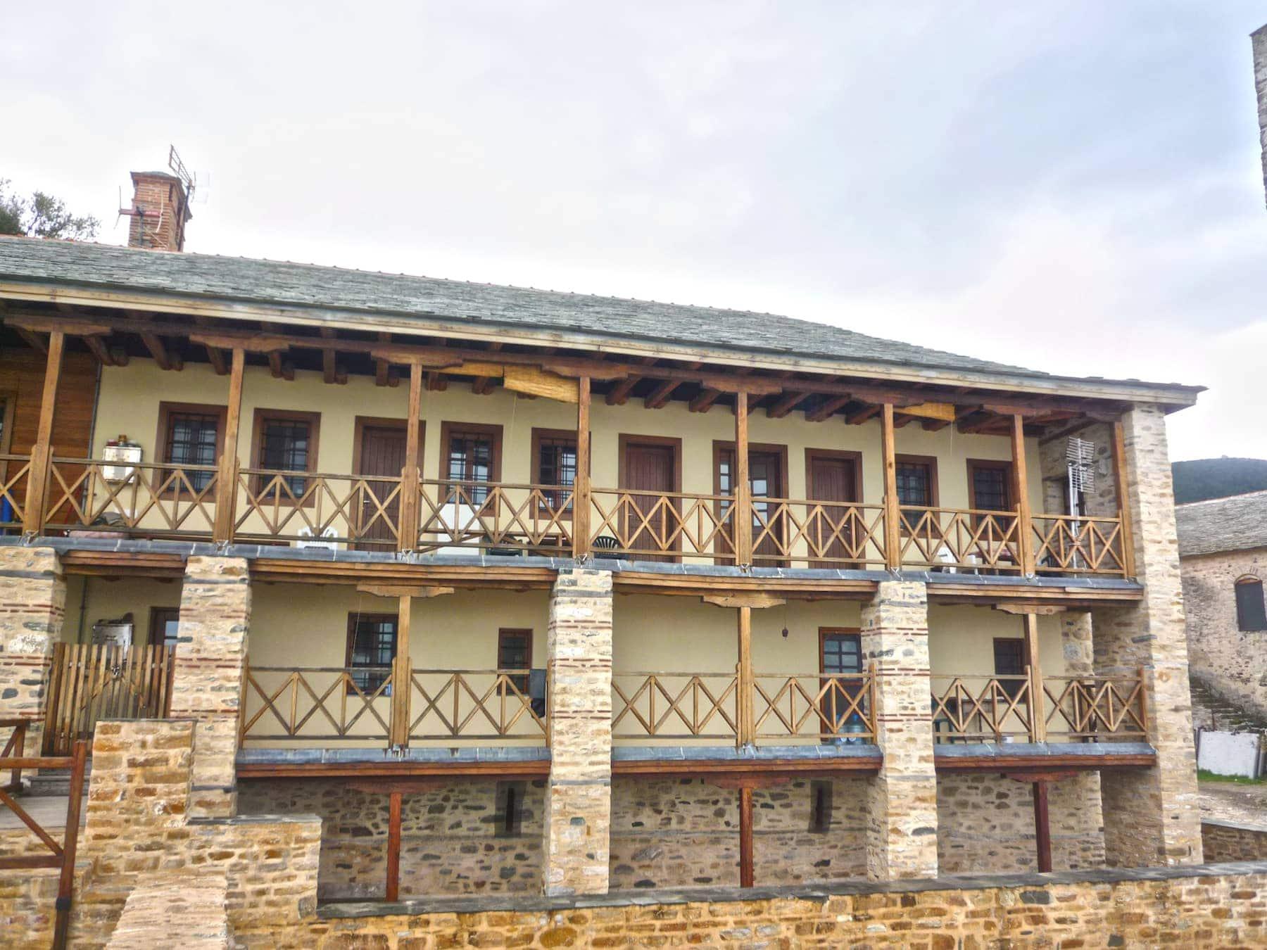 όψη παραθαλάσσιου συγκροτήματος Ιεράς Μονής στο Άγιον Όρος με ξύλινα κάγκελα παράθυρα και πόρτες