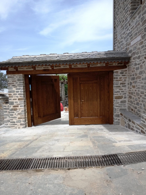Ξύλινη ενισχυμένη αυλόπορτα ειδικής κατασκευής ανοιχτή (2)