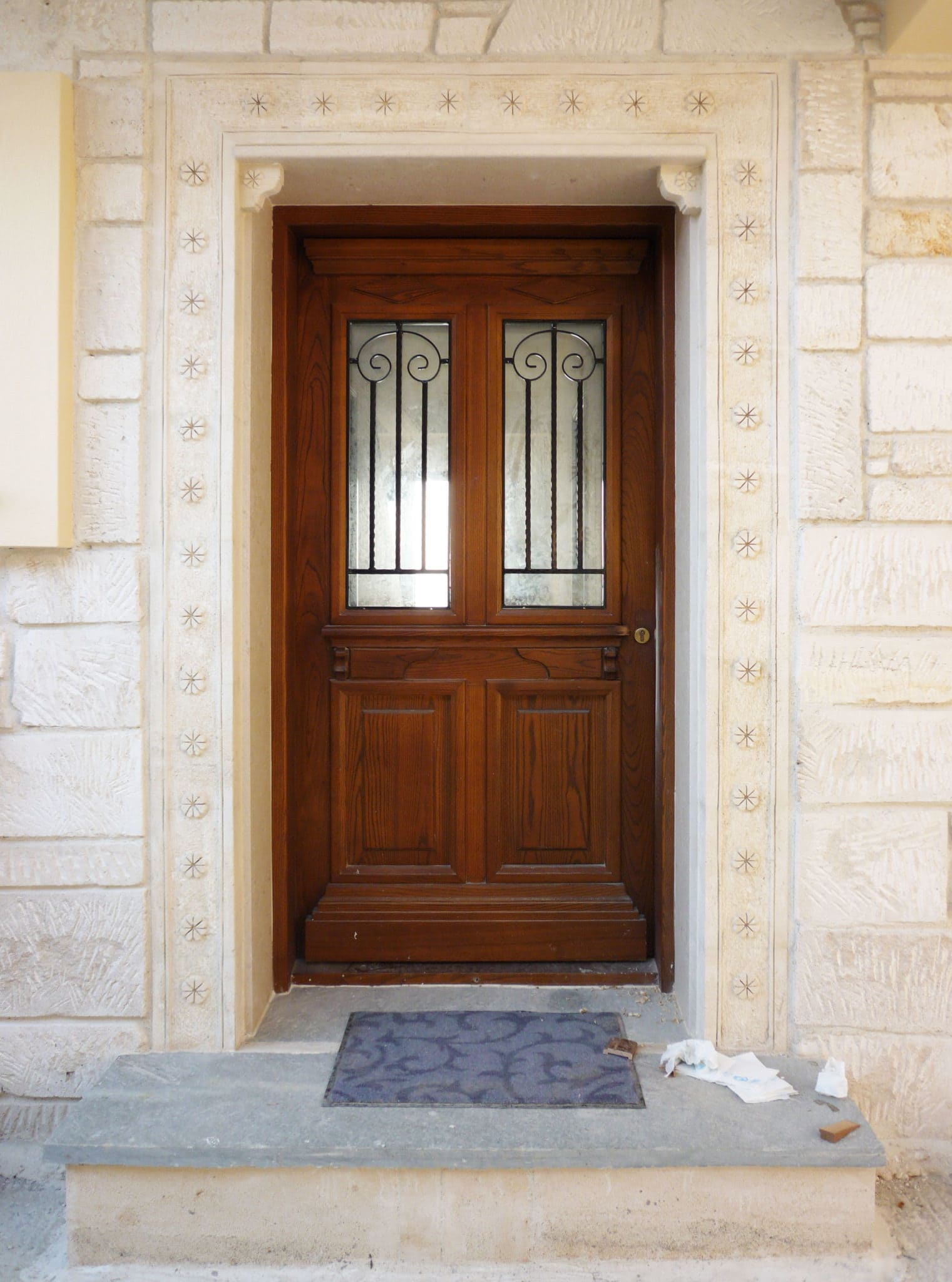 πόρτα εισόδου με τζαμιλίκι ταμπλάδες και σιδεριές
