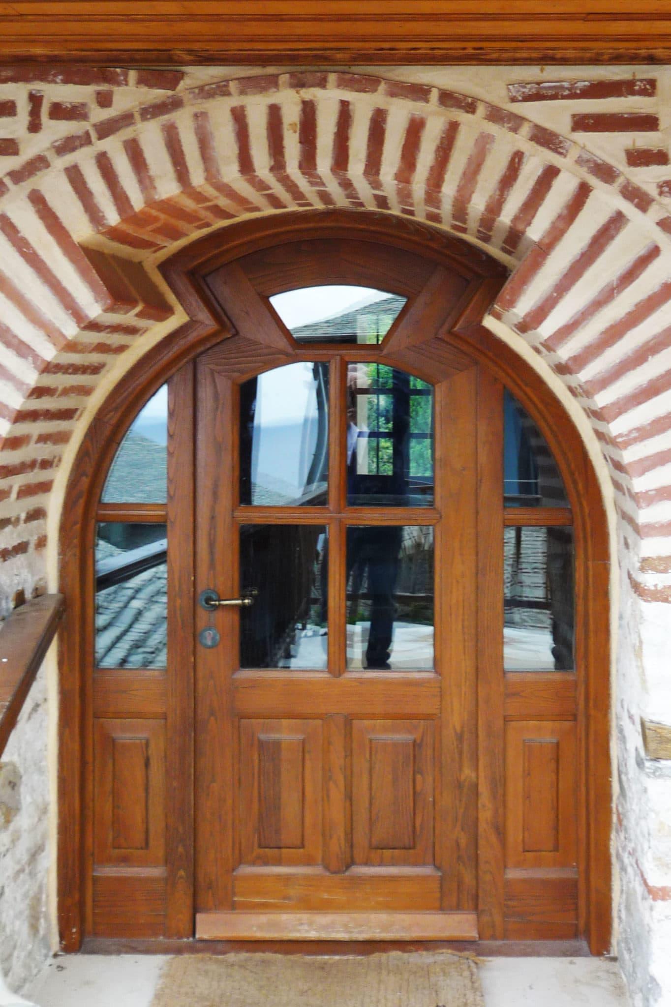 πόρτα με ανοιγόμενο φύλλο ακανόνιστου σχήματος