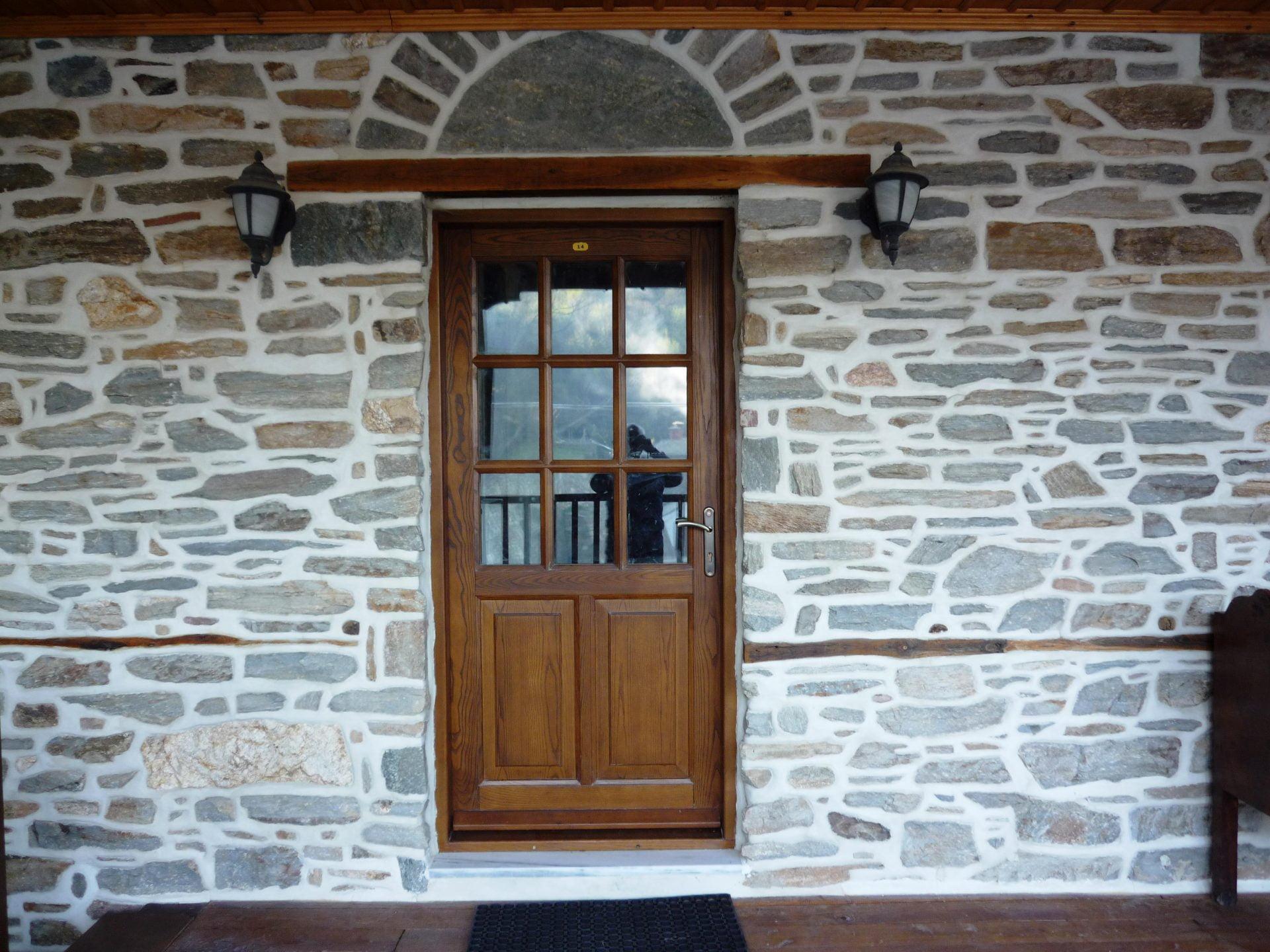 Ξύλινη πόρτα με δύο ταμπλάδες και τζάμια