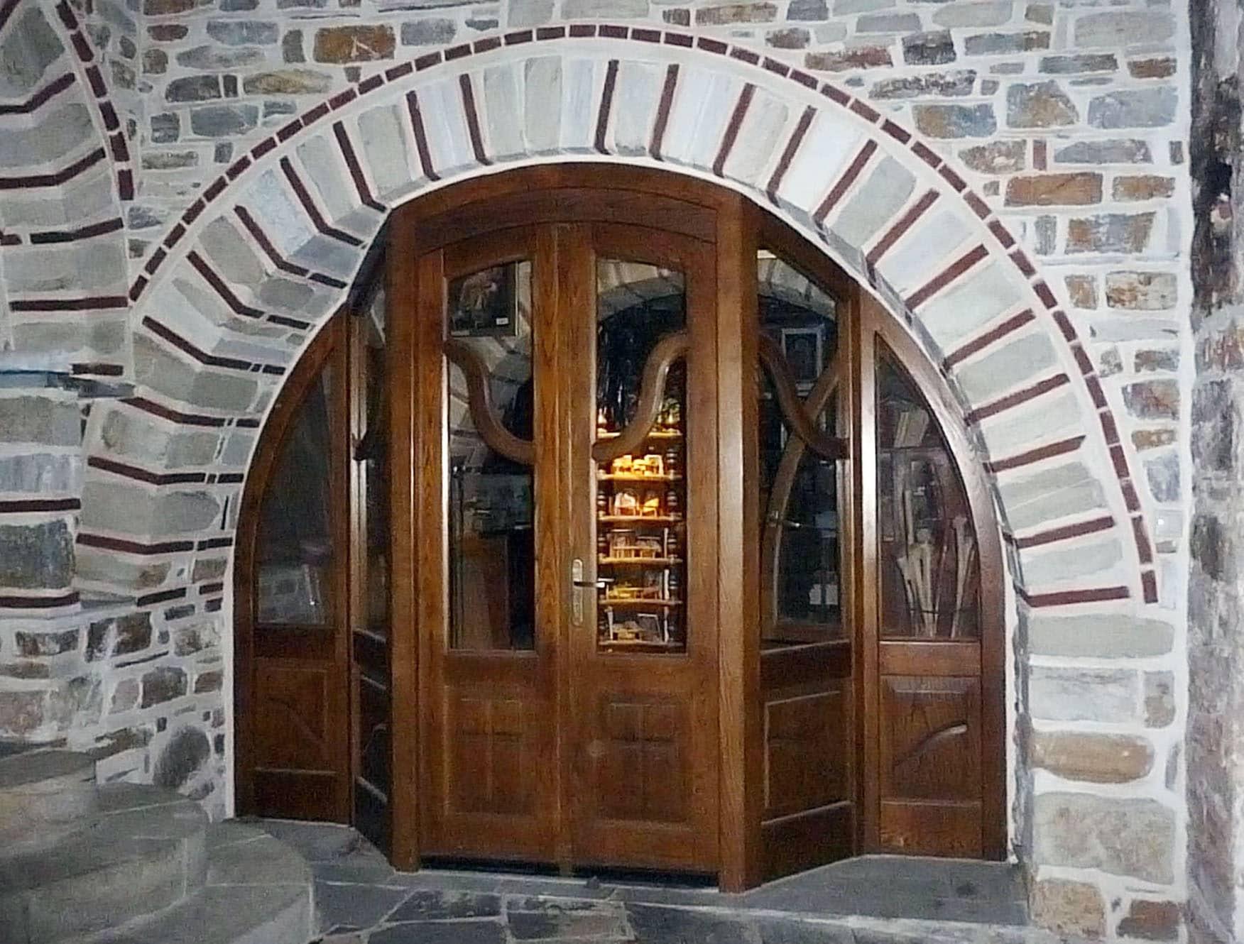 τοξωτή πόρτα με τρισδιάστατη κάσα και λεπτομέρειες στα τζαμιλίκια