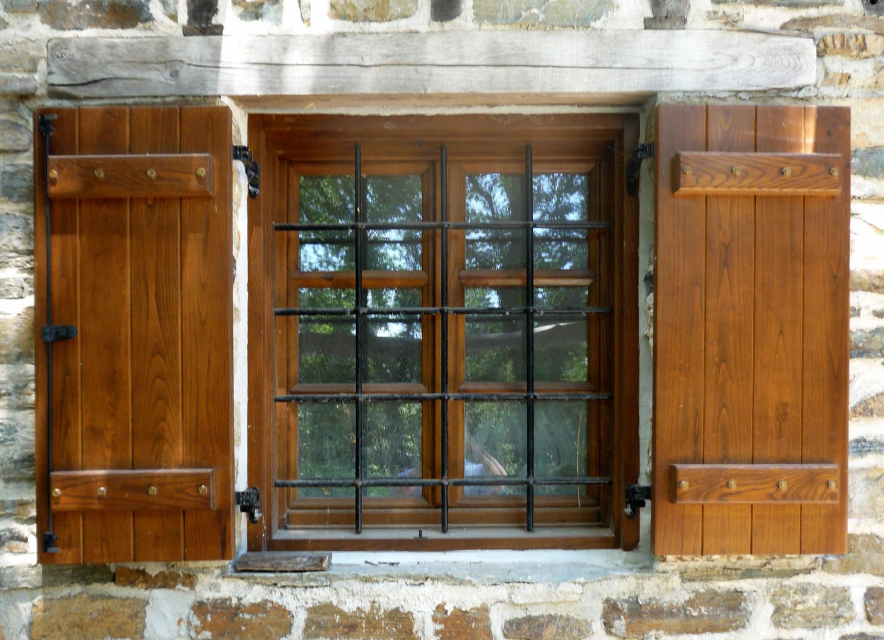 παράθυρο δύο φύλλων με ραμποτέ παντζούρια και σιδεριές