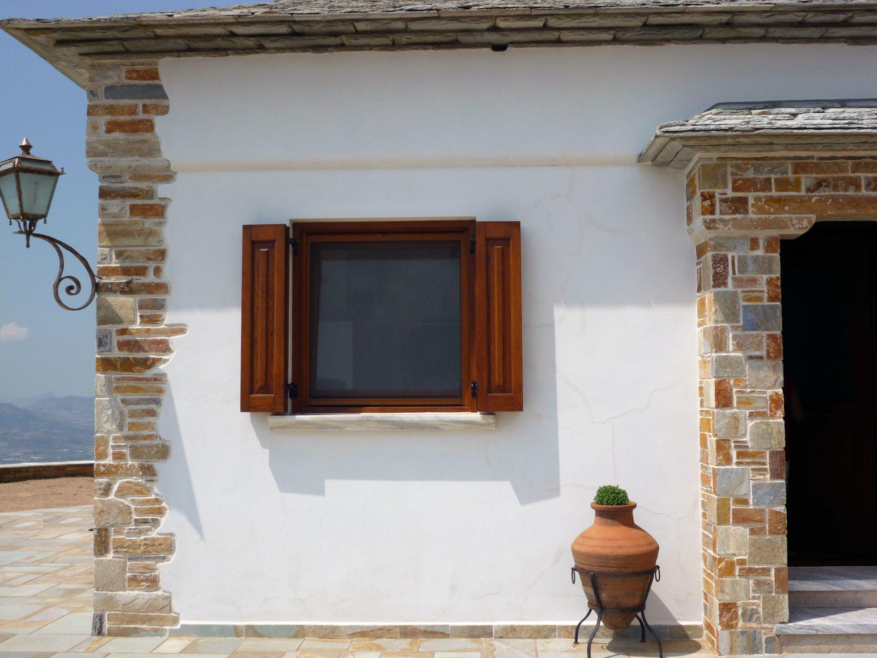 παράθυρο σε ανάκλιση με σίτα και τετράφυλλο παντζούρι