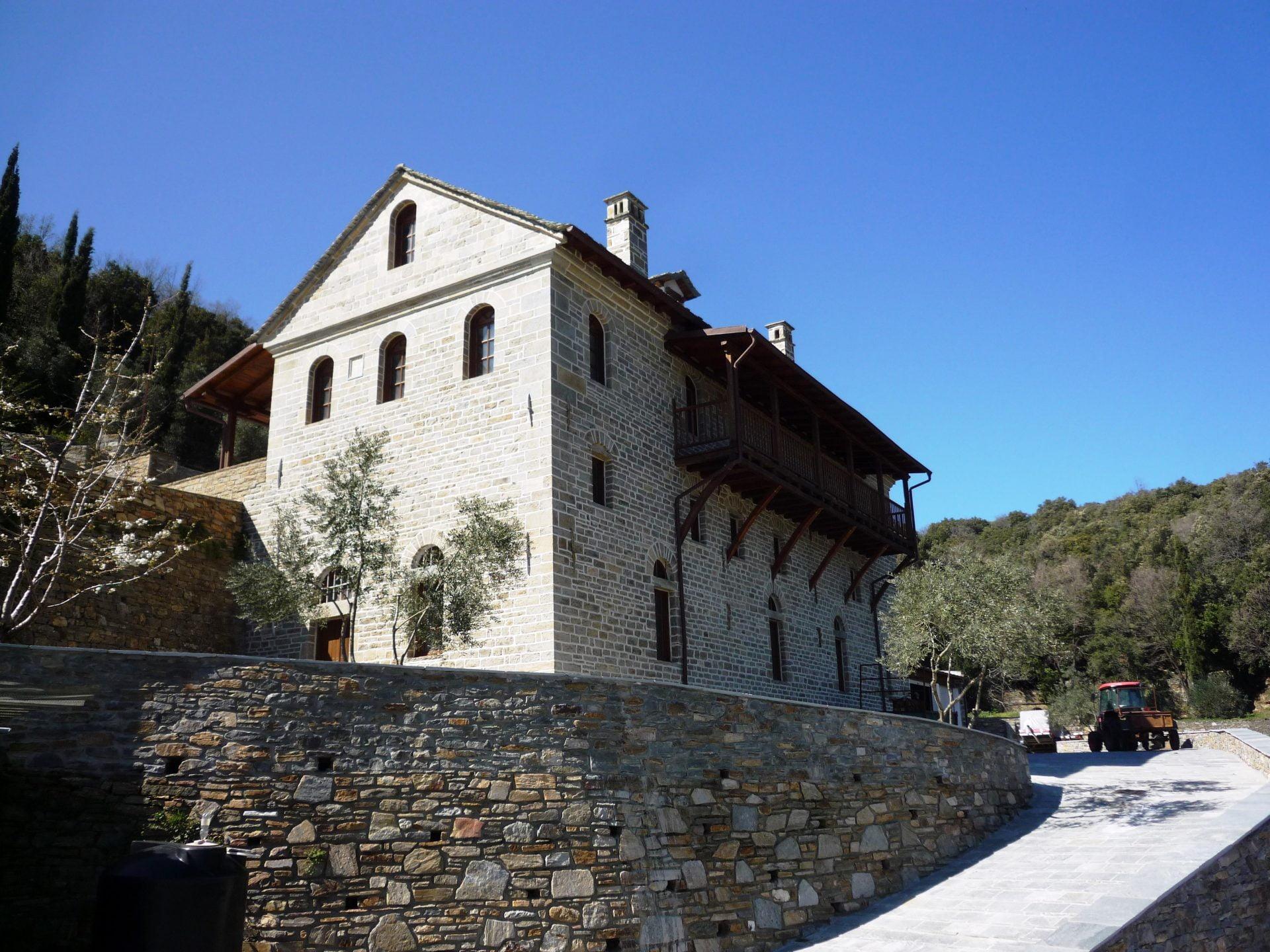 Πέτρινο κτίριο με ξύλινα κουφώματα