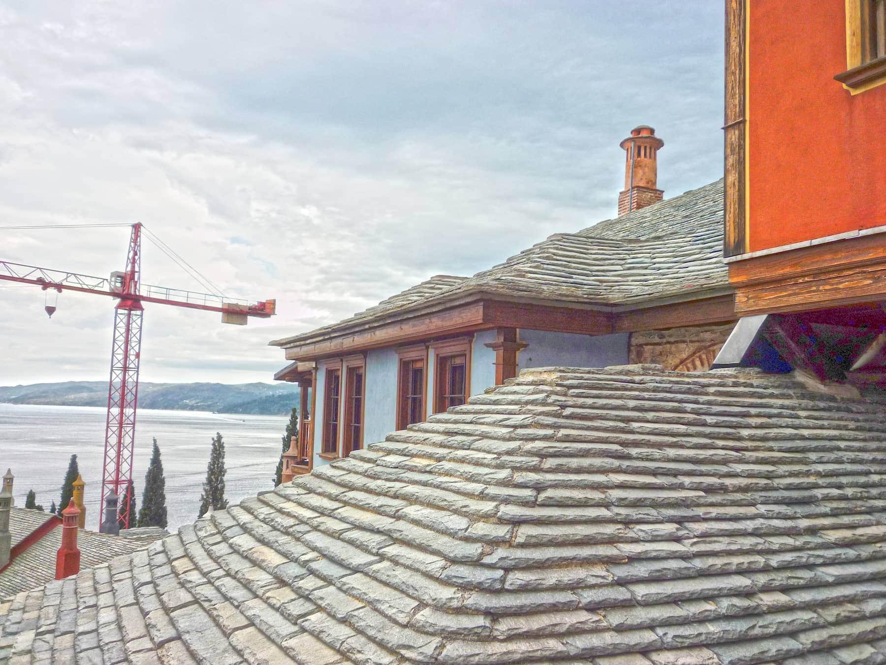 συγκρότημα Ιεράς Μονής στο Άγιον Όρος με ξύλινα παράθυρα