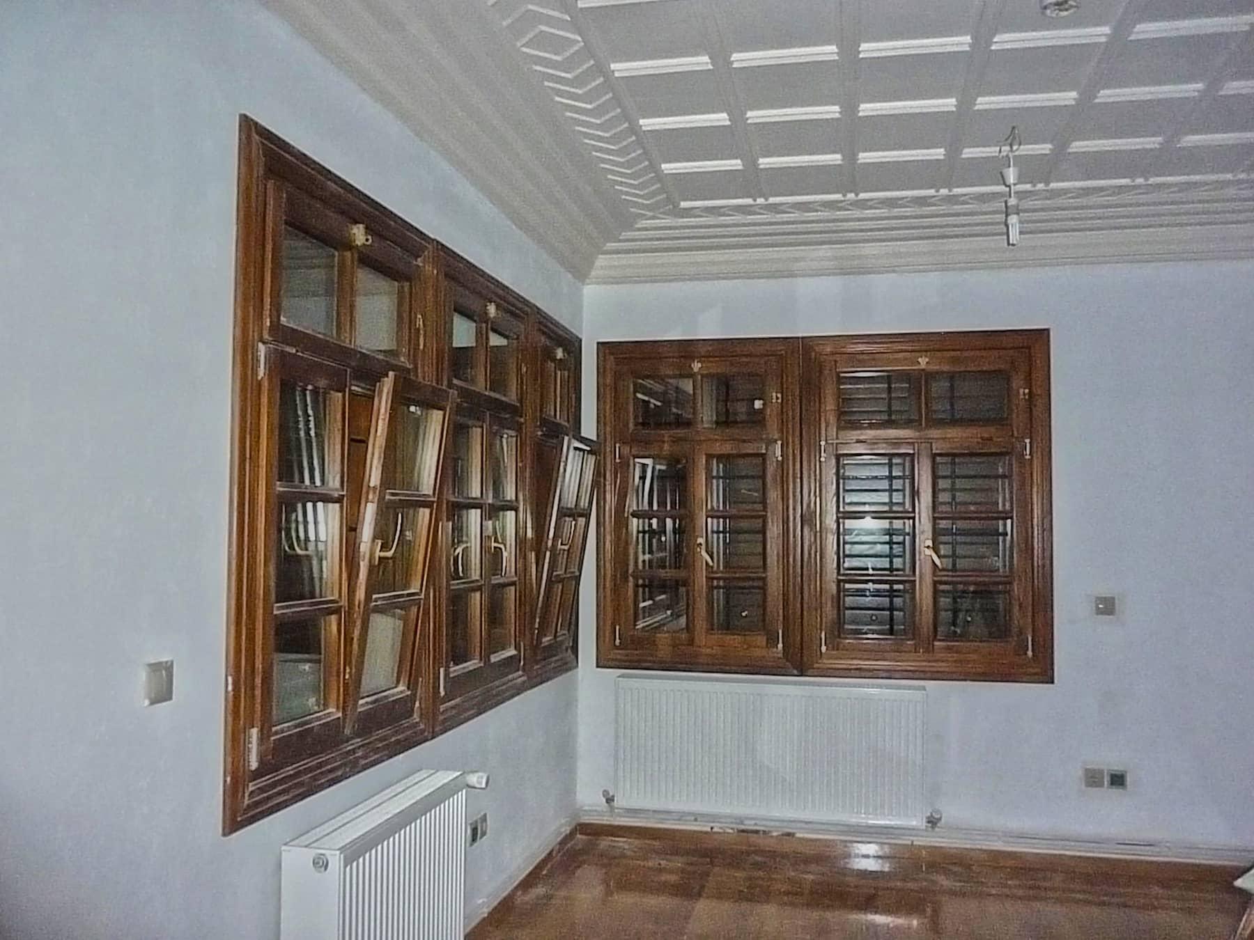δίφυλλα ανοιγόμενα και ανακλινόμενα παράθυρα με ανοιγόμενο φεγγίτη και παντζούρια Γαλλικού τύπου