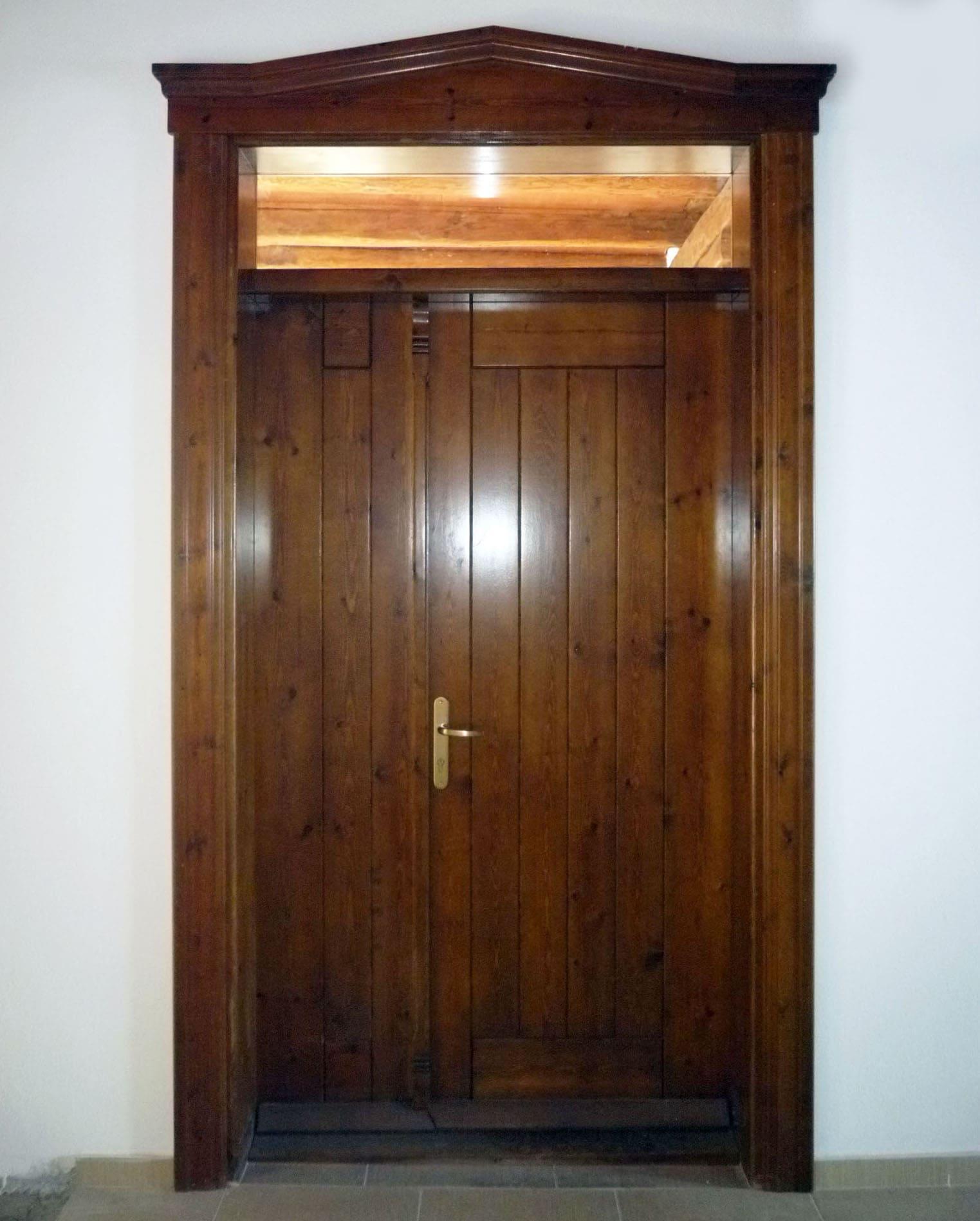 πόρτα με ανοιγόμενο φύλλο και φεγγίτη