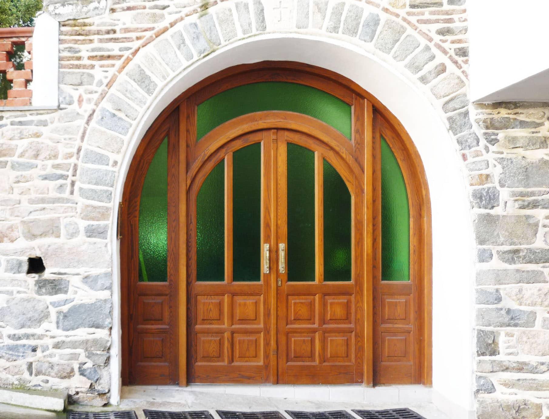 εξωτερική πόρτα με ειδικό τζάμι